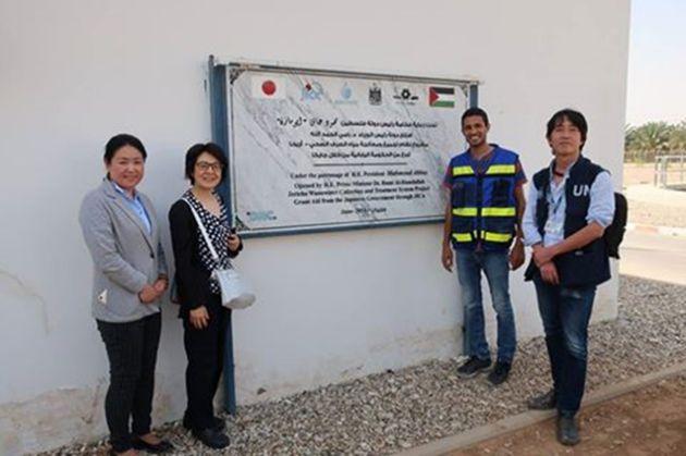下水道処理施設が2016年に完成。左から本プロジェクト担当のJICAパレスチナ事務所の千葉真梨子さん、妹尾、本施設の主任カラフさん、UNRWA パレスチナ西岸地区事務所の安藤 秀行(あんどう