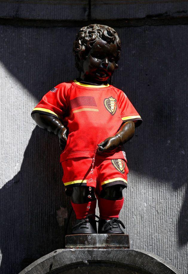 日本対ベルギー戦に合わせて、ベルギー代表のユニフォーム姿になった小便小僧=7月2日、ブリュッセル