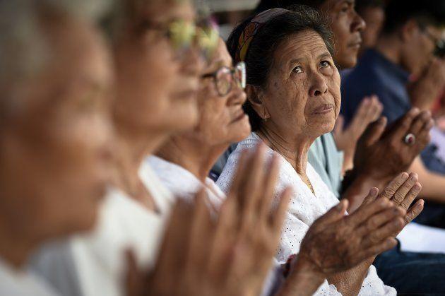行方不明になった少年らの無事を願い、祈っていた地元の人々