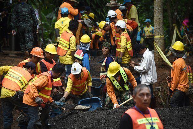 13人の生存が確認された後、洞窟への道が修復された。