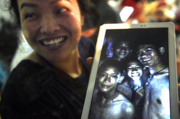 無事が確認された後、過去に撮った少年たちの写真を見せる家族