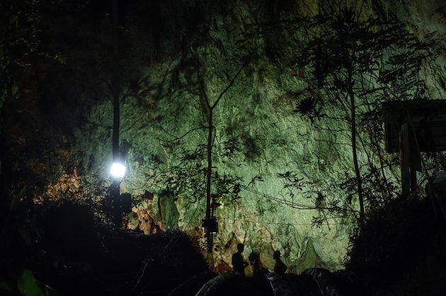 少年たちが閉じ込められている洞窟の入り口
