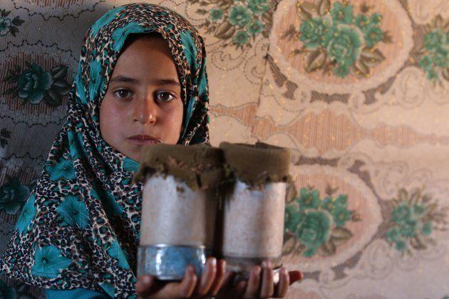 義足は空き缶。シリアの難民キャンプに暮らす少女に世界が同情