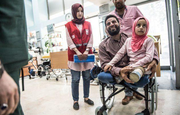 手術を受ける医療機関に到着したメルヒさんとムハンマドさん=6月29日、トルコ・イスタンブール