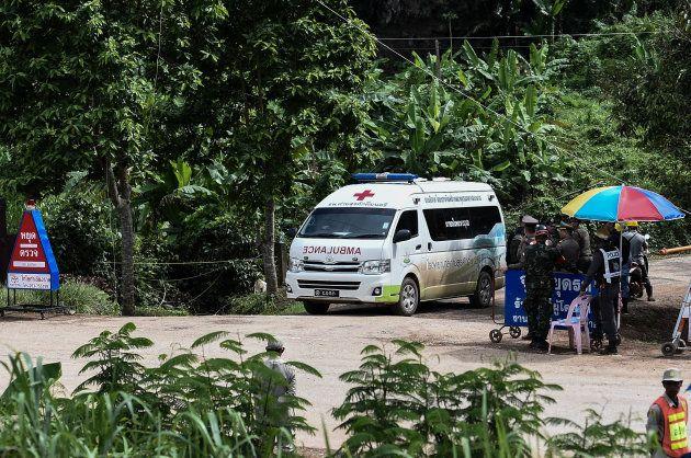 タムルアン洞窟付近から出てきた救急車(7月10日撮影)