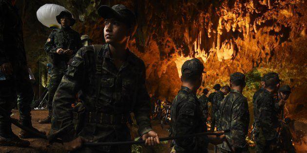 少年らが閉じ込められた洞窟内で救出作業に当たるタイ兵士ら=6月26日、タイ・チェンライ