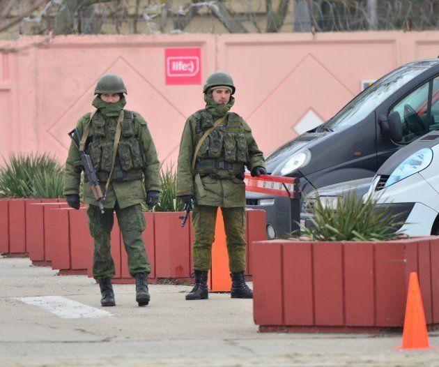 突如、クリミアに出現した覆面姿の兵士=2014年3月