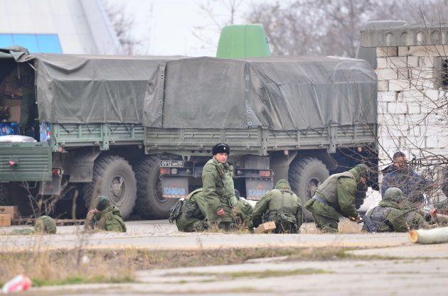 クリミアに上陸した正体不明の部隊。彼らの一部は取材に対し、ロシア兵であることを認めた=2014年3月