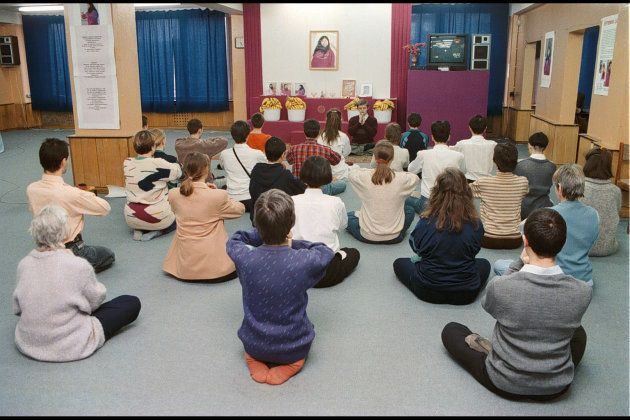 瞑想をするオウム真理教のロシア人信者たち=1995年3月