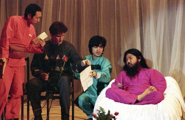 ロシア人信者との集会で話をする麻原彰晃・オウム真理教代表(当時、右)とモスクワ支部トップを務めていた上祐史浩氏(右から2人目)=1993年12月、モスクワ