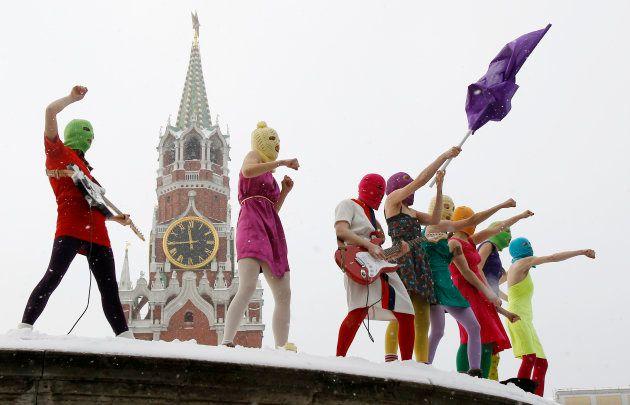 「赤の広場」で抗議活動をするプッシー・ライオットのメンバー=2012年1月、モスクワ