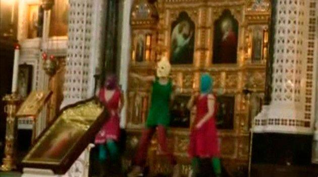 救世主キリスト大聖堂でゲリラ演奏するプッシー・ライオットのメンバー(動画より切り出し)=2012年2月21日、モスクワ