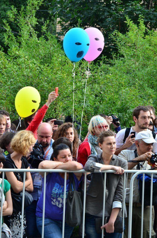 プッシー・ライオットに見立てた風船を持ちながら判決を見守る支援者=2012年8月、モスクワ