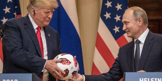 7月16日、アメリカのトランプ大統領(左)にサッカーボールを手渡すロシアのプーチン大統領