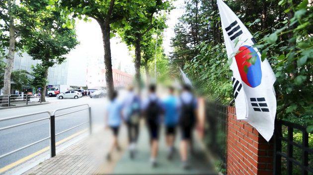 17日、学校が終わった後、A君が友だちと一緒に道を歩いている。