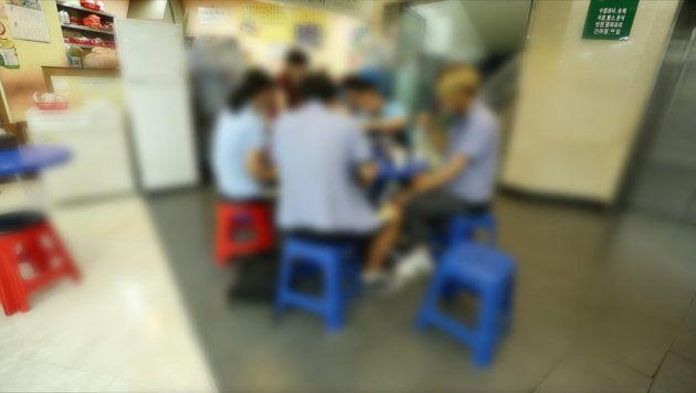 17日、生徒の常連のトッポッキ店で、トッポッキ、海苔巻き、ラーメン、スンデを食べている。