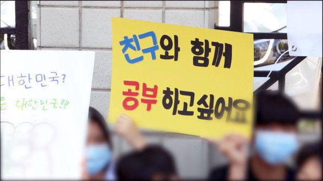 「友だちと一緒に勉強したいです」と書かれたプラカードを掲げる。19日午後2時10分、ソウル・新亭洞のソウル出入国・外国人庁の前で中学生40人あまりが集まって、A君の難民認定を訴える集会を開いた。