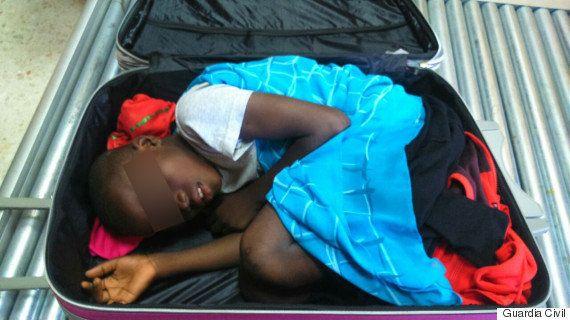 スーツケースに男児、X線で発見 密入国させようとした父ら逮捕【画像】