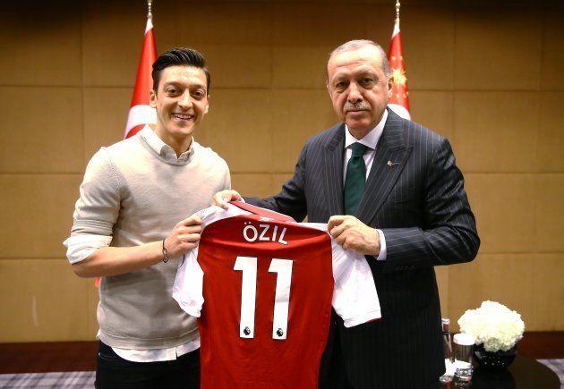 エジル選手(左)とトルコのエルドアン大統領。London, United Kingdom on May 13, 2018. (Photo by Kayhan Ozer/Anadolu Agency/Getty