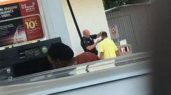 警察官が困っていたホームレス男性のヒゲ剃りを手助け。その姿に心がほっこり