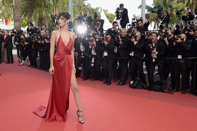 ベラ・ハディッド、レッドカーペットの赤いドレスが美しい(カンヌ映画祭)