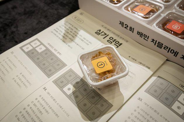 実技領域。「フライド①」シールが貼られたケースに、チキンが入っている。