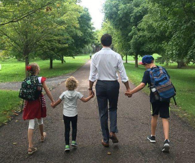 """新学期、子どもたちと手を繋いで学校へ。""""イケメン首相""""のパパの顔、夫人が明かす"""