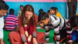 キャサリン妃、インドで床に座って子供と塗り絵。鮮やかドレスもお似合い