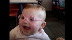 「わあ、見える!」視力の弱い赤ちゃんが、メガネをかけた瞬間(動画)
