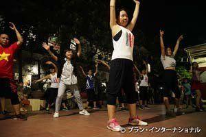 ズンバダンスのレッスンに飛び入り参加した増田さん(後列左から2人目)