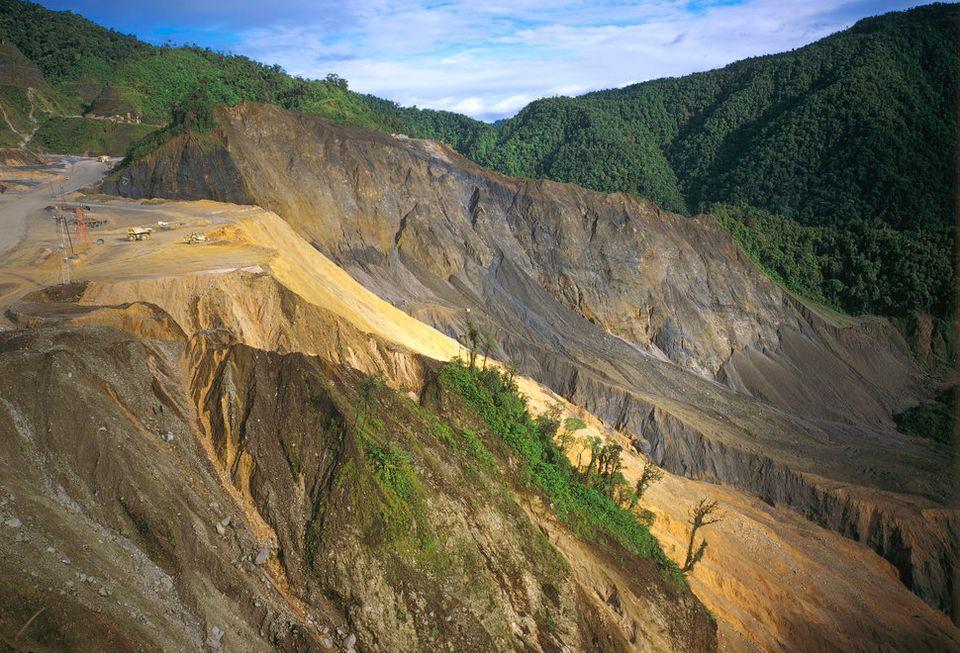 パプアニューギニアの銅と金を産出するオク・テディ鉱山で進む森林破壊の様子。