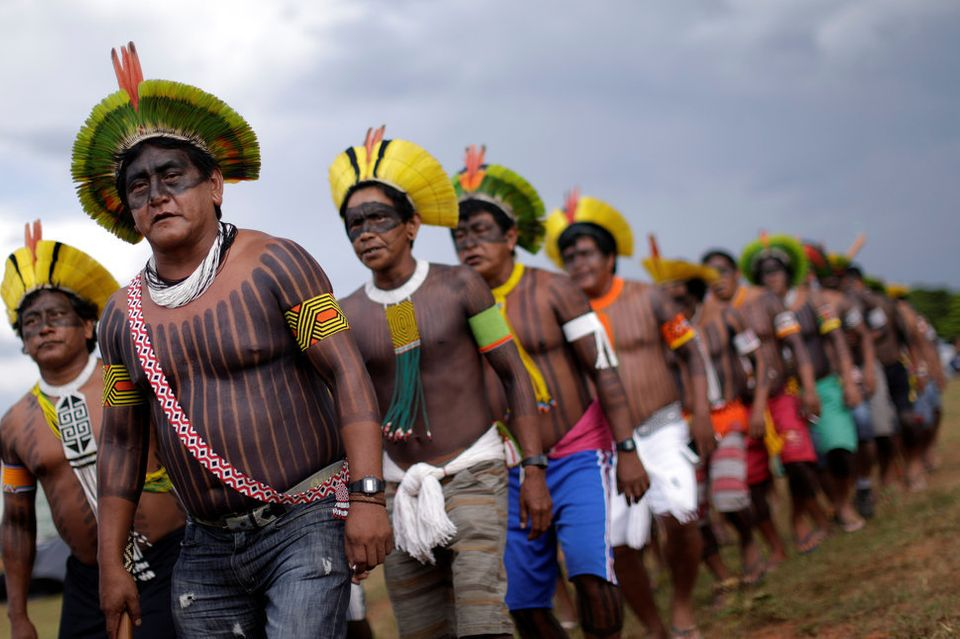 2017年4月25日、ブラジルの首都ブラジリアで、ミシェル・テメル大統領に権利侵害を抗議するブラジルの先住民たち。