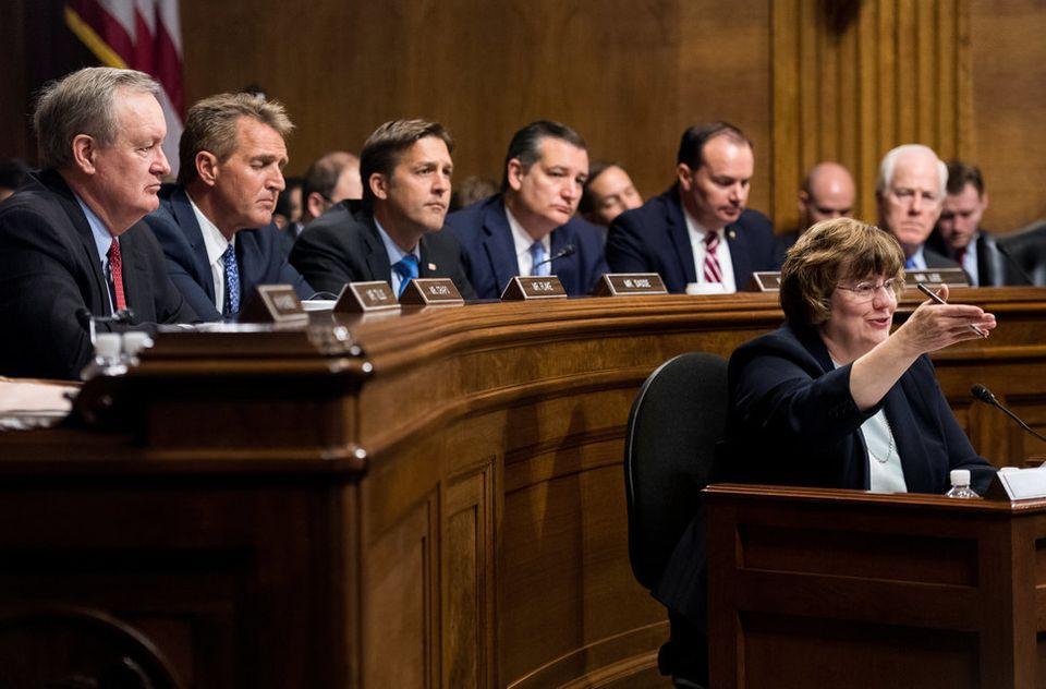 上院司法委員会の共和党議員団が指名した代理人、レイチェル・ミッチェル氏がフォード氏がクリスティーン・プレイジー・フォード氏に質問する。共和党のマイク・クラポ、ジェフ・フレイク、ベンジャミン・サス、テッド・クルーズ、マイク・リー、ジョン・コーニン各上院議員がフォード氏の証言を聞く。