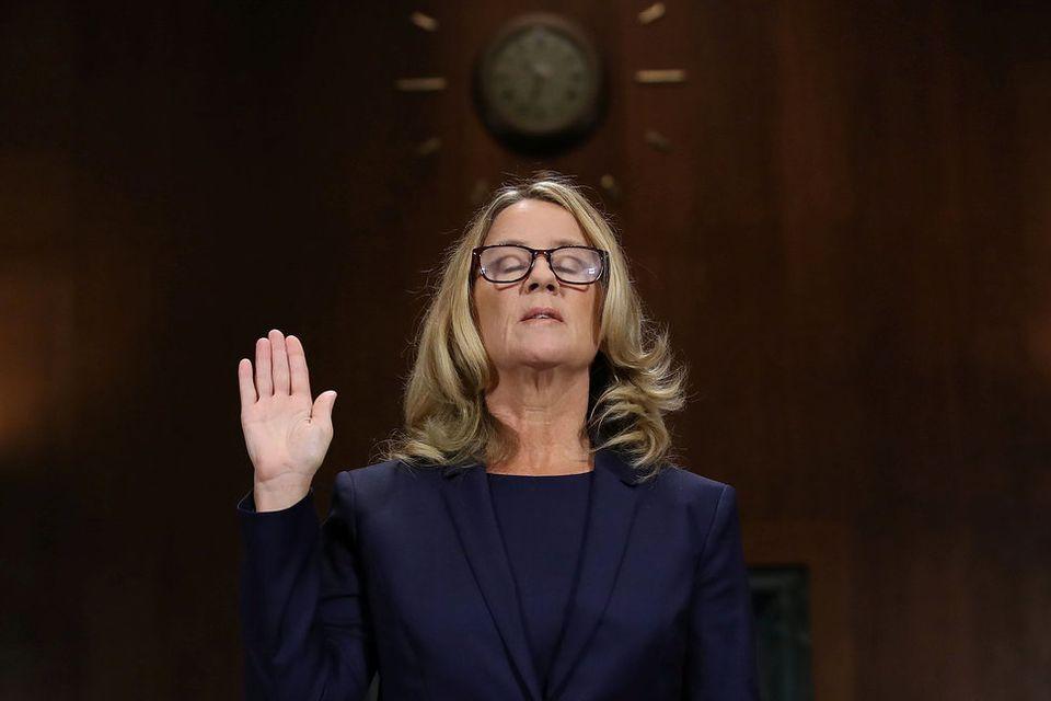 証言前に宣誓するクリスティーン・プレイジー・フォード氏。