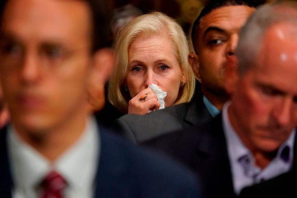 フォード氏が証言する間、涙ぐむカーステン・ギリブランド上院議員(民主・ニューヨーク州)。