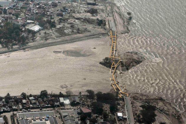 海岸線にかかる橋も津波で破壊された=パル