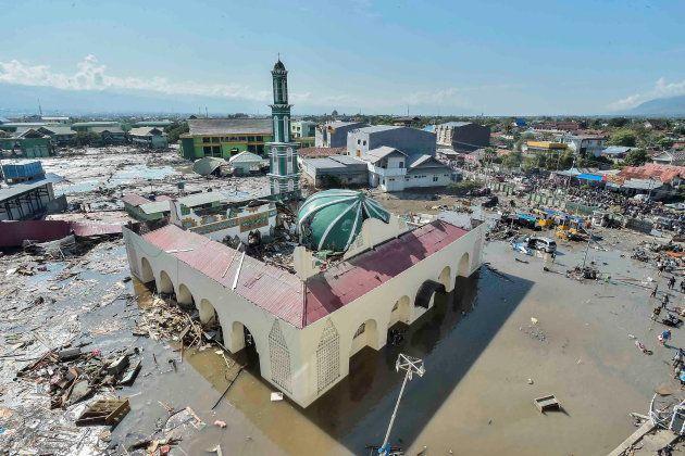 津波で水に浸かったモスク=9月30日、パル