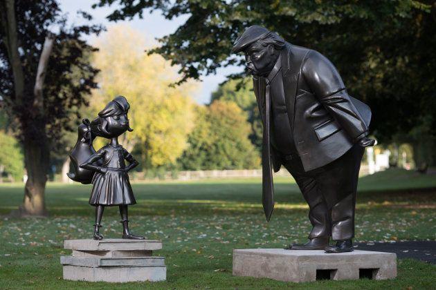 トランプ大統領とマチルダがにらみ合う彫刻