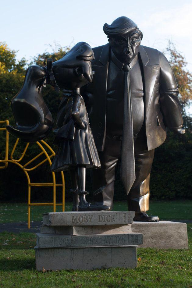 トランプ大統領と女の子がにらみ合う彫刻、イギリスに出現。いったいなぜ?