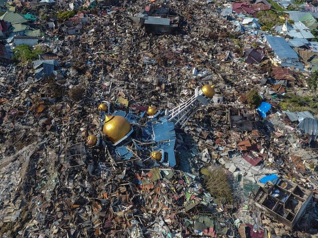 地震と津波で破壊された家屋やイスラム教の礼拝所(中央)など=10月1日、パル