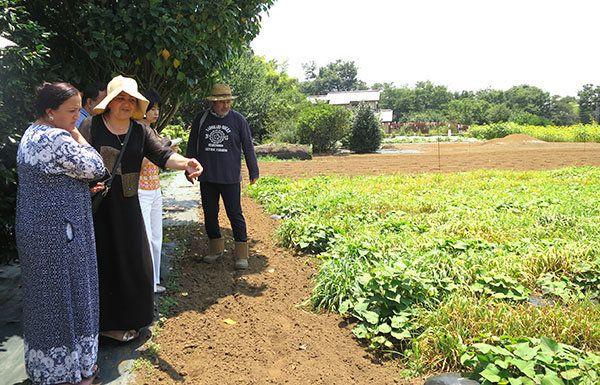 障がい当事者の方々が働く「やどかり農園」を見学。当日は天候にも恵まれました。