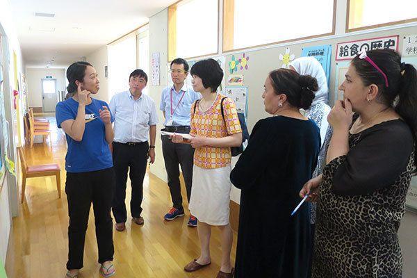 品川区台場小学校の教員(左端)から、難聴・言語障がい児のための通級指導について話を伺う参加者の皆さん