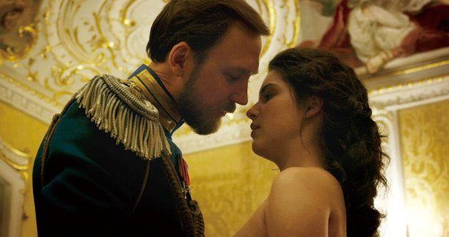 キスをするニコライ2世とマチルダ