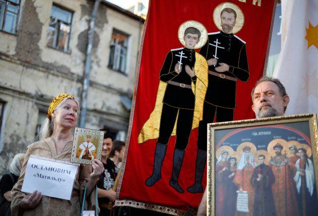 ニコライ2世の肖像などを掲げて「マチルダ」上映に抗議するロシア正教会の信者ら=2017年8月、モスクワ