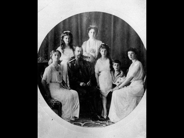 ニコライ2世(左から3人目)と家族
