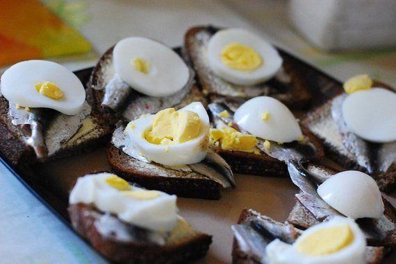 【世界の食卓を旅する動画 vol.25 エストニア編】ライ麦パンと塩漬けニシンの伝統的なサンドイッチ!エストニアの家庭料理をいただきます!|