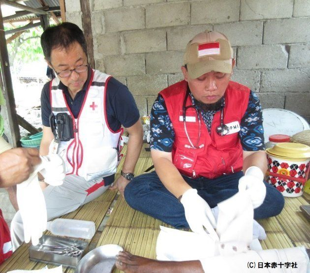インドネシア赤十字社の診療の技術指導をする杉本医師(写真左)