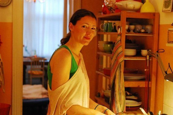 【世界の食卓を旅する動画 vol.23 ドイツ編】胃袋と一緒にハートも鷲掴み!?ベルリン美女の作るドイツの家庭料理「シュニッツェル」をいただきます!|