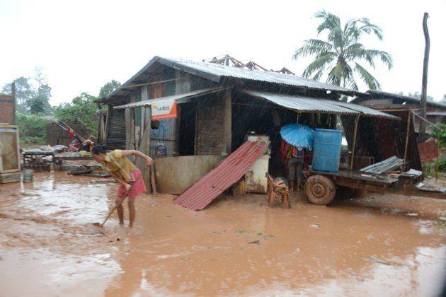 避難所では国際機関などからの支援物資が配られる。ただ、いつまで食料がもつかははっきりしない=2018年7月、ラオス南東部アッタプー県、染田屋竜太撮影
