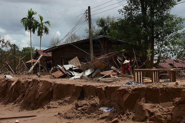 JICAの支援でつくられた、ラオス南東部アッタプー県のヒンラー村にある小学校。巨木が屋根に乗っていた=2018年9月、染田屋竜太撮影